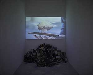 María Cañas, La mano que trina, 2015. Instalación. Vídeo, color, sonido y chatarra electrónica 11' 27'' y medidas variable