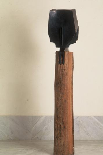 NÉSTOR BASTERRETXEA. Luna abuela, 1972. 200 x 40 x 50 cm. Escultura. Bronce sobre madera
