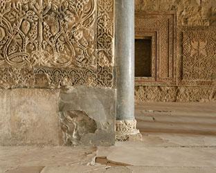 BLEDA Y ROSA. Salón Rico I, Madinat Al-Zahra, 2004. Serie Estancias. Nº ed. 5/5. 124 x 145 cm. Fotografía a color
