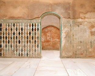 BLEDA Y ROSA. Baños Reales, Palacio de Comares, Alhambra de Granada, 2005. Serie Estancias. Nº ed. 4/5. 124 x 145 cm. Fotografía a color