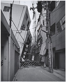 RYUJI MIYAMOTO. San-no-miya, Kobe, After the Earthquake (San-no-miya, Kobe, después del terremoto, 1995. Serie After the Earthquake. Ed.nº 1/10. 100 x 80 cm. Copia sobre papel baritado a la gelatina de plata (2002)