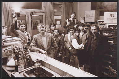 MÁXIMO MORENO. Barra libre I, 1984. 25,5 x 38,3 cm. Fotografía sepia