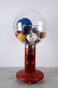 JUAN LUIS MORAZA. El baño turco, 1998. 160 x 80 x 80 cm. Metacrilato, metal, cristal, bolas y pelotas