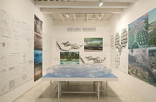 JOSÉ MIGUEL DE PRADA POOLE. Sea Colony (La isla viajera o Atlántida 2000), 1986. 26 x 305 x 273 cm.  Maqueta inflable de PVC.