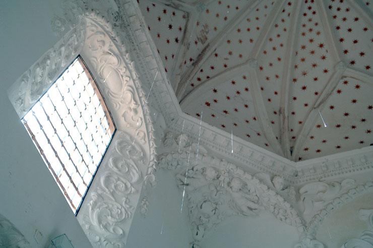 JAVIER VELASCO. Lágrimas sacras, 2002. 1.400 x 700 x 700 cm. Instalación de lagrimas de vidrio