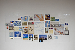 Aleksandra Mir. Plane Landing, collages (composition # 3), 2004. 160 x 370 cm. Composición de 49 piezas de obra sobre papel