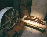 Louise Bourgeois: 'Celda (arco de histeria)', 1992-93. 302 x 480 x 300 cm. Acero, bronce, madera, hierro colado y tela