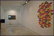 Vista de sala de la exposición 'Ondas en expansión: derivas del conceptual lingüístico'. Fotografía: Guillermo Mendo