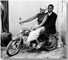 Nosotros dos en moto, julio 1970 © Malick Sidibé/Gwinzegal/di CHroma