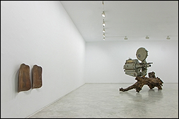 Jacobo Castellano. 'Sin público', 2009. Madera y polvo. Cortesía de  F2 Galería. 'Sin título', 2017 - 18. Proyector cinematográfico, tronco de olivo y polvo. Cortesía del artista