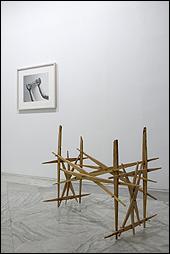 Jacobo Castellano. 'Ring en manos', 2009. Fotografía en blanco y negro. 'Sin título', 2014. Madera. Cortesía de Mai36 Galerie, Zurich. Colección Peluso – ITB