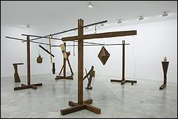 Jacobo Castellano. 'Sin título', 2017 - 18. Madera, vidrio, metal y materiales varios. Cortesía del artista