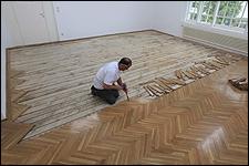 LARA ALMARCEGUI. Retirar el suelo de parquet (Secesión, Viena, 2010), 2010