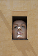 CRISTINA LUCAS. Alicia, 2009. Instalación. Técnica mixta. Poliespán y fibra de vidrio policromada. Medidas variables. 180 x 120 x 85 cm. (cara); 367 x 120 x 180 cm. (brazo). Fotografía: Luis Durán